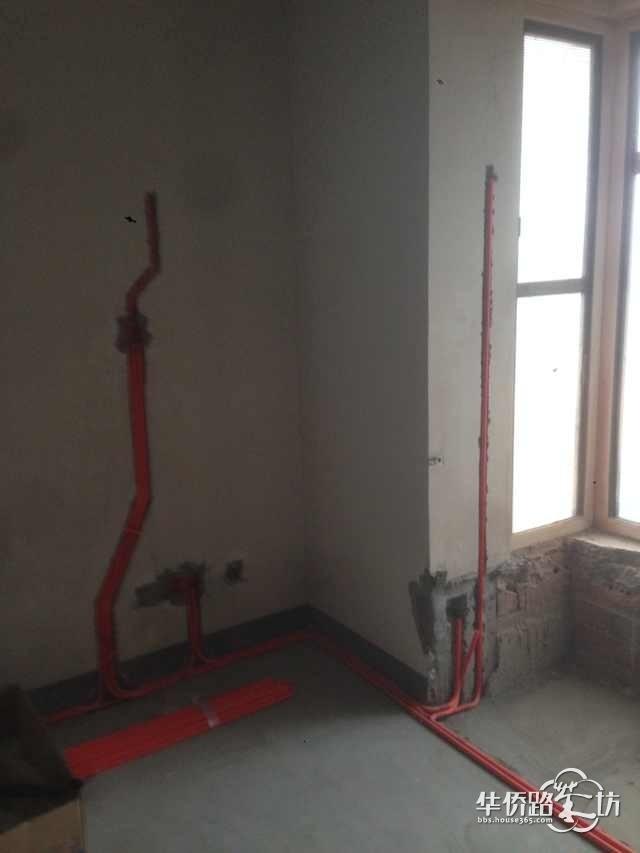 水电工正在施工中 现场还有空调公司在安装空调 主卧室床头及窗台电路