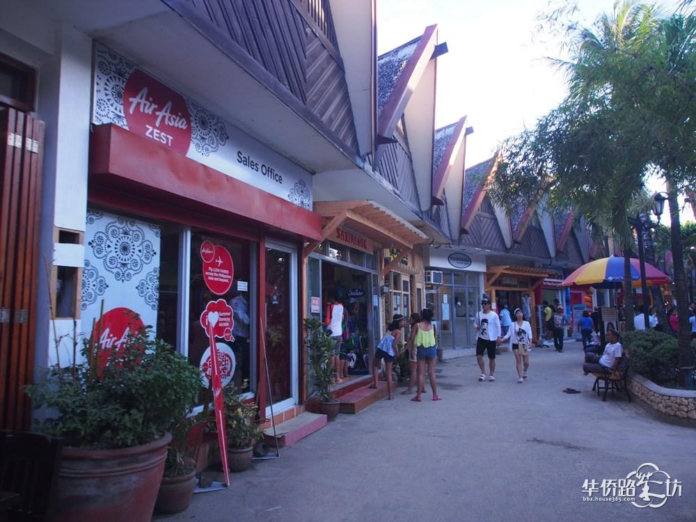 """当地的小生活篇 其实菲律宾当地不算很富裕,不过从很多地方都感觉他们都好有生活的热情!很有艺术细胞。房子都是五颜六色的,色彩对比很强烈,所以让人一眼就喜欢上了!  据说当地人很喜欢打篮球,所以他们就连很破旧的一条小巷子里都随处可见简易的篮球架,而且背景墙都被涂鸦成了很美丽的画面,一点都不觉得艰苦,反而让人眼前一亮!  在吃早餐的店外,也看到了墙上有鲜艳的涂鸦,不得不佩服当地人的绘画能力啊!当然也可能是基于他们对生活充满的热情吧!  拍这张图片的时候,小编正在路上走着,听到了弱弱的一声""""喵&rdq"""