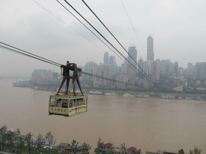 我第一次去重庆,住洪崖洞那个168,房间在5楼,于是从大堂进去进电梯按